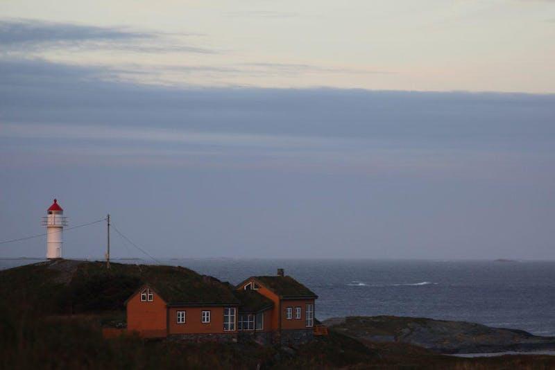 Ona utsikt mot hus og hav 1024x683